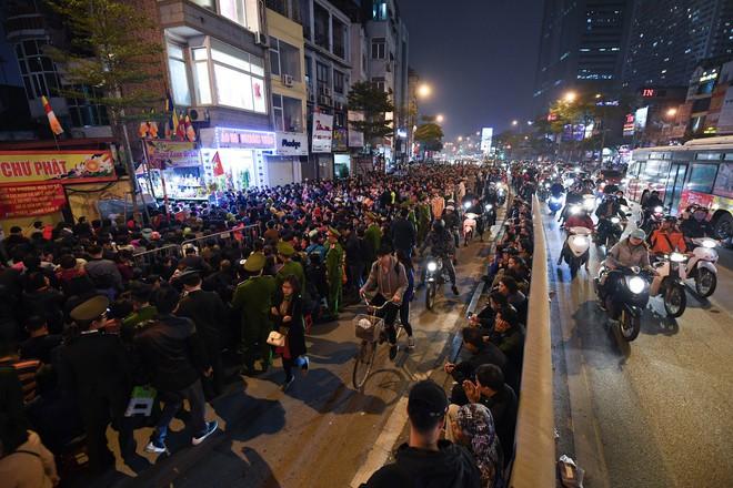 Hàng nghìn người chen chân dâng sớ cúng giải hạn sao La Hầu tại chùa Phúc Khánh - ảnh 14