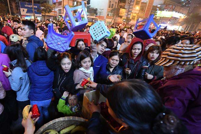 Hàng nghìn người chen chân dâng sớ cúng giải hạn sao La Hầu tại chùa Phúc Khánh - ảnh 18