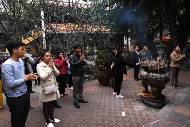 Hàng nghìn người chen chân dâng sớ cúng giải hạn sao La Hầu tại chùa Phúc Khánh - ảnh 1