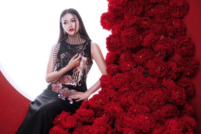 Hoa hậu Trái đất Phương Khánh khoe vai trần quyến rũ - ảnh 1