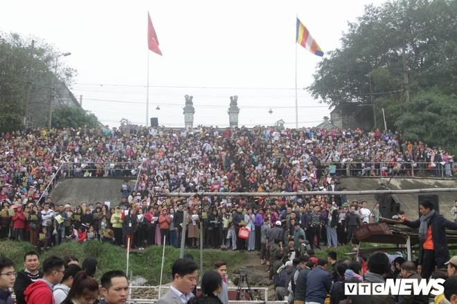 Ảnh: 15.000 người tham gia thả 10 tấn cá xuống sông Hồng trong lễ phóng sinh lớn nhất Hà Nội - Ảnh 1.