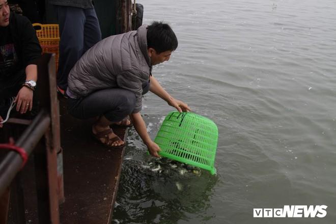Ảnh: 15.000 người tham gia thả 10 tấn cá xuống sông Hồng trong lễ phóng sinh lớn nhất Hà Nội - Ảnh 6.