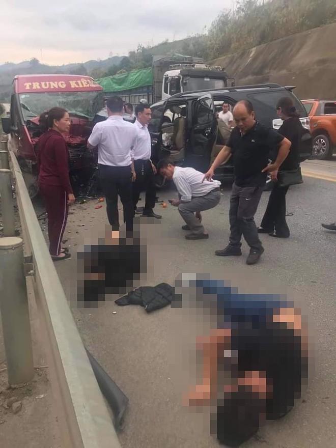 Vụ xe 7 chỗ đấu đầu xe khách trên cao tốc: 2 người chết, 10 người bị thương - Ảnh 1.