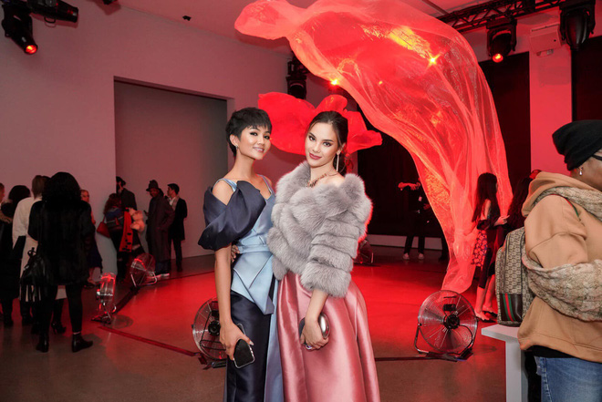 Tân Hoa hậu Hoàn vũ Catriona Gray hội ngộ HHen Niê trên đất Mỹ, nói Xin chào Việt Nam cực đáng yêu - Ảnh 2.