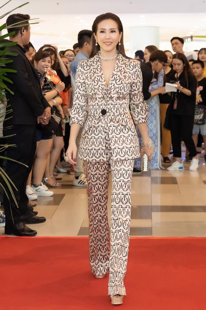 Hoa hậu Thu Hoài diện mốt xẻ sâu quyến rũ - Ảnh 7.