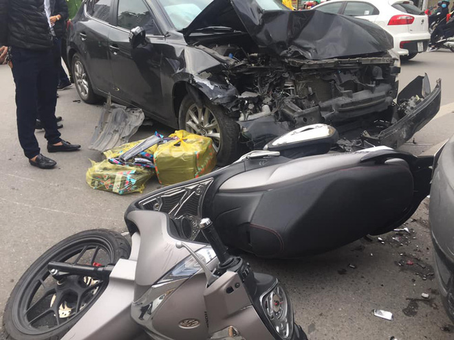 """Xe Mazda """"điên"""" tông liên tiếp 2 xe máy trên phố Hà Nội - ảnh 1"""