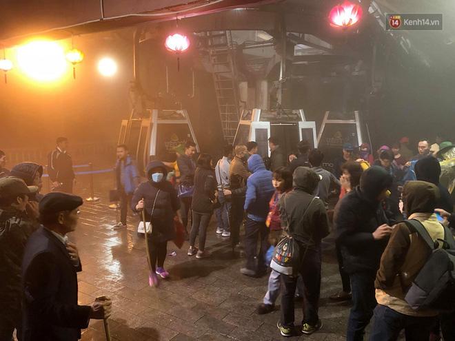 Hàng ngàn người dân đội mưa phùn trong giá rét, hành hương lên đỉnh Yên Tử trong đêm - Ảnh 1.