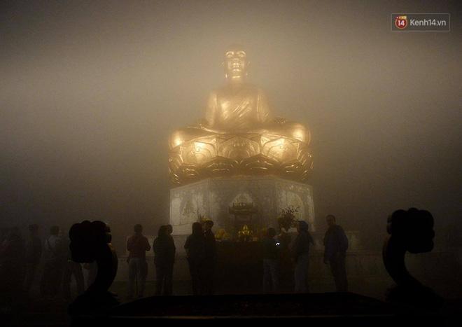 Hàng ngàn người dân đội mưa phùn trong giá rét, hành hương lên đỉnh Yên Tử trong đêm - Ảnh 13.