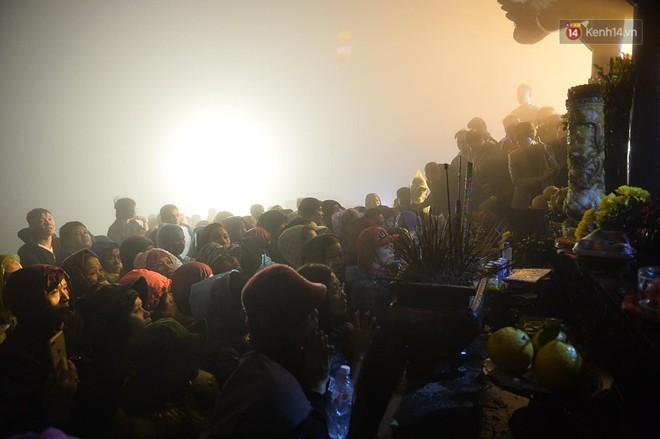 Hàng ngàn người dân đội mưa phùn trong giá rét, hành hương lên đỉnh Yên Tử trong đêm - Ảnh 14.