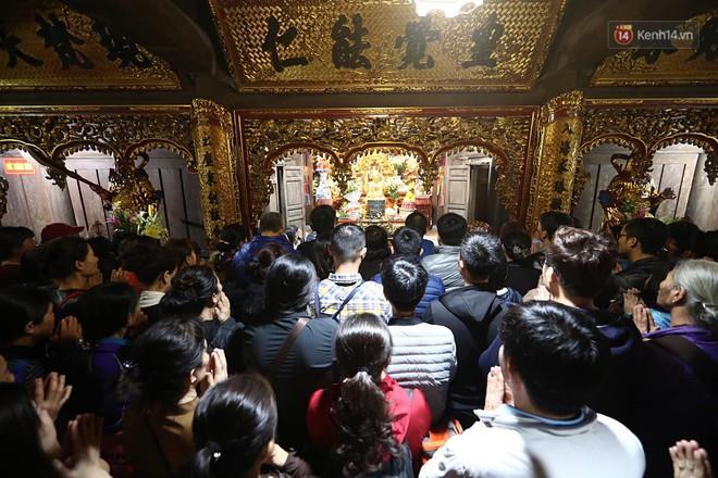 Hàng ngàn người dân đội mưa phùn trong giá rét, hành hương lên đỉnh Yên Tử trong đêm - Ảnh 16.