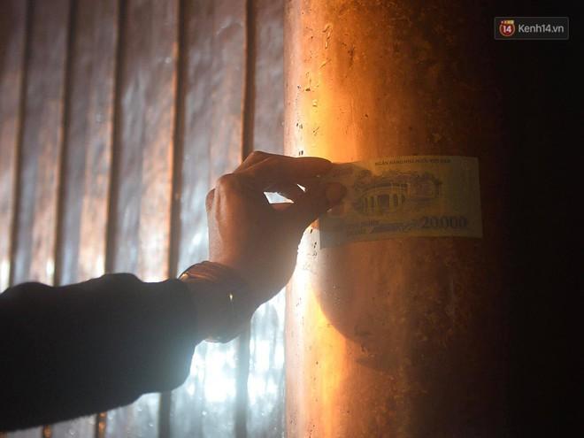 Hàng ngàn người dân đội mưa phùn trong giá rét, hành hương lên đỉnh Yên Tử trong đêm - Ảnh 21.