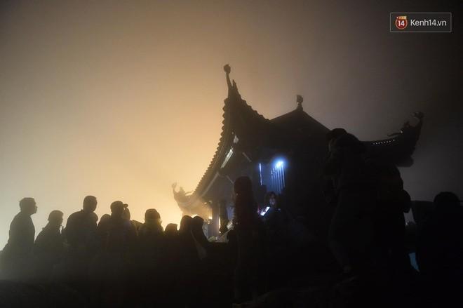 Hàng ngàn người dân đội mưa phùn trong giá rét, hành hương lên đỉnh Yên Tử trong đêm - Ảnh 4.