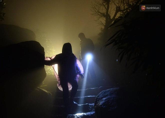 Hàng ngàn người dân đội mưa phùn trong giá rét, hành hương lên đỉnh Yên Tử trong đêm - Ảnh 8.