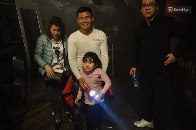 Hàng ngàn người dân đội mưa phùn trong giá rét, hành hương lên đỉnh Yên Tử trong đêm - Ảnh 9.