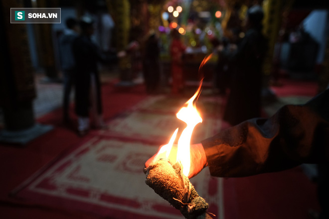 Tục lấy lửa độc đáo mang may mắn từ đình làng về tới nhà ở Hà Nội - Ảnh 4.
