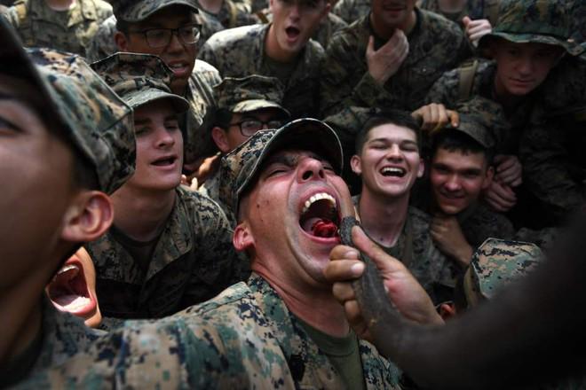 Lính Mỹ uống máu rắn hổ mang, nhai bọ cạp sống để sinh tồn - ảnh 3