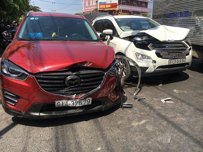 Xe Mazda CX5 tông hàng loạt ô tô, xe máy, 2 vợ chồng bị thương, nhiều người kêu cứu giữa đường - Ảnh 1.