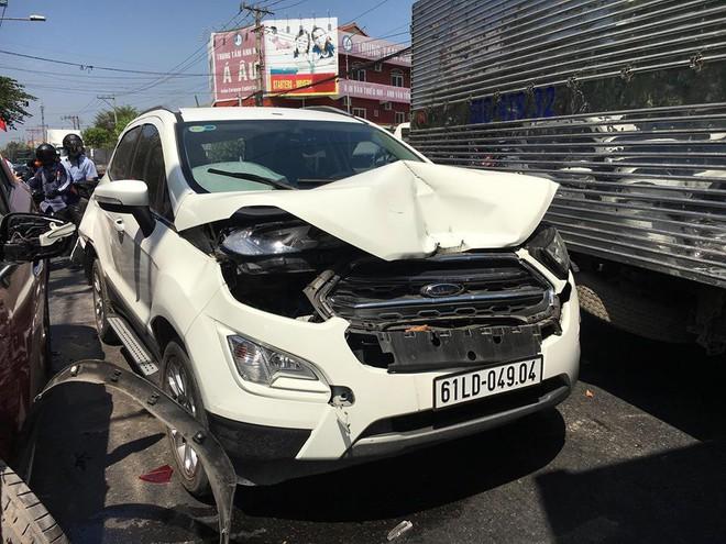 Xe Mazda CX5 tông hàng loạt ô tô, xe máy, 2 vợ chồng bị thương, nhiều người kêu cứu giữa đường - Ảnh 2.