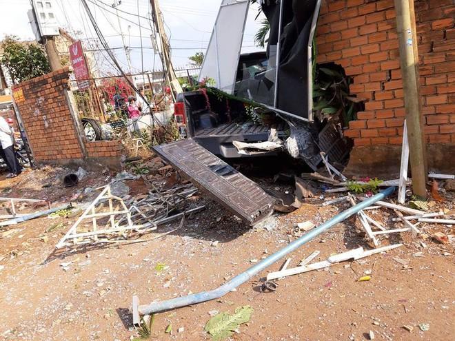 Xe ô tô tông sập quán cà phê, người dân phá cửu xe cứu tài xế - Ảnh 2.
