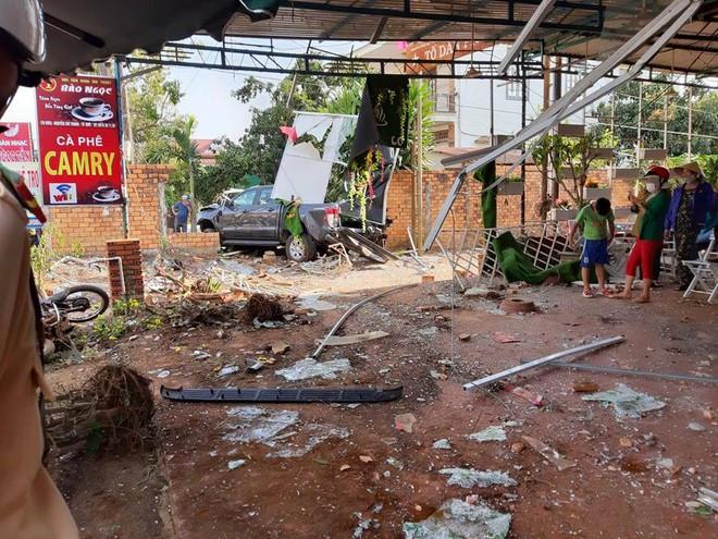 Xe ô tô tông sập quán cà phê, người dân phá cửu xe cứu tài xế - Ảnh 1.