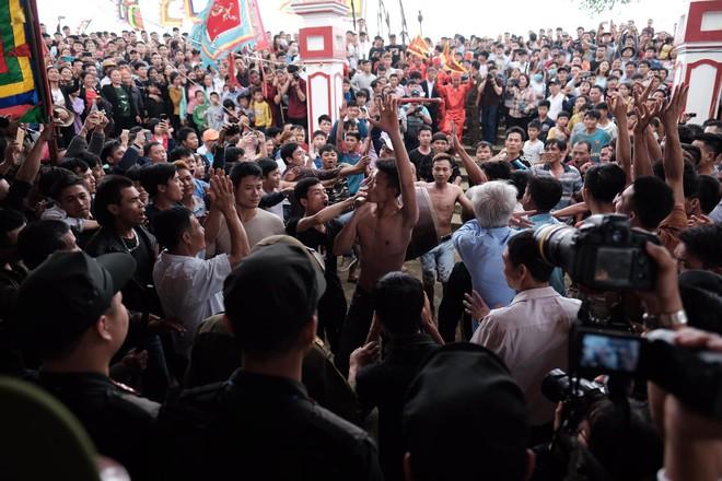 Cấm Cướp Phết Hiền Quan, nhiều hanh niên tập trung ở miếu thờ làm loạn - Ảnh 2.