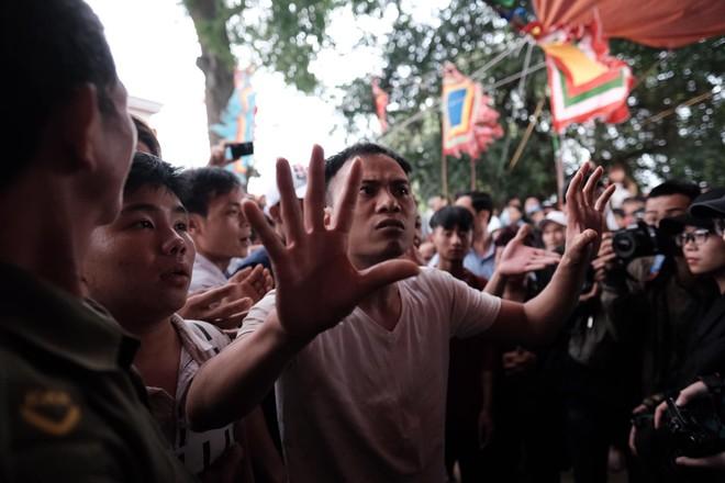 Cấm Cướp Phết Hiền Quan, nhiều hanh niên tập trung ở miếu thờ làm loạn - Ảnh 3.