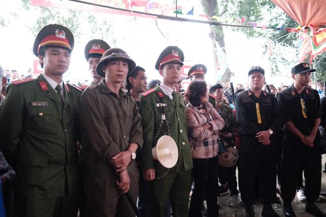 Cấm Cướp Phết Hiền Quan, nhiều hanh niên tập trung ở miếu thờ làm loạn - Ảnh 8.