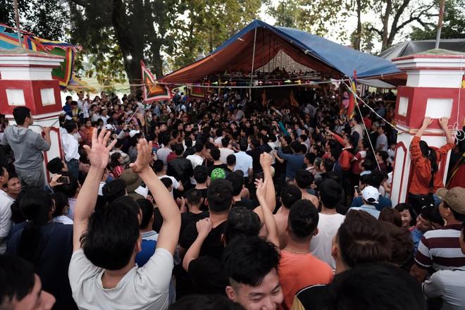 Cấm Cướp Phết Hiền Quan, nhiều hanh niên tập trung ở miếu thờ làm loạn - Ảnh 9.