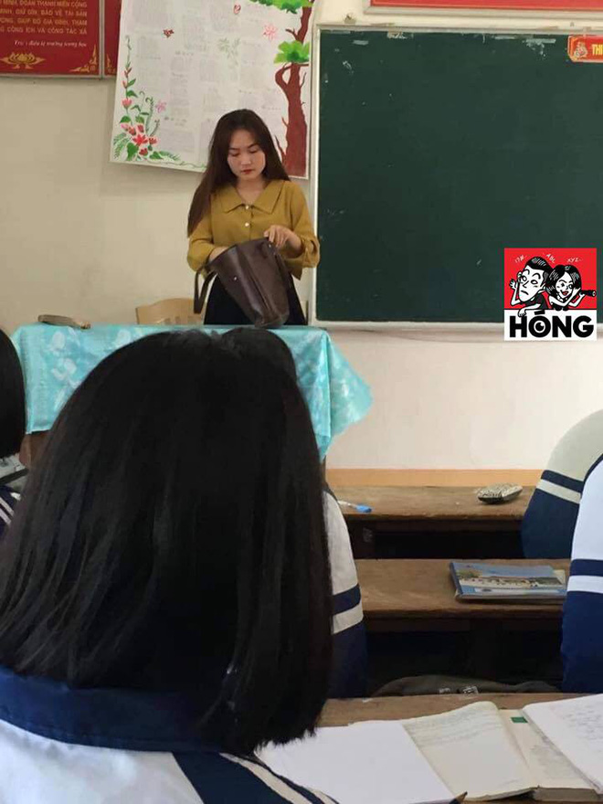 Đứng trên bục giảng, cô giáo bị học sinh bủa vây xung quanh, lén chụp ảnh vì quá xinh đẹp - Ảnh 1.