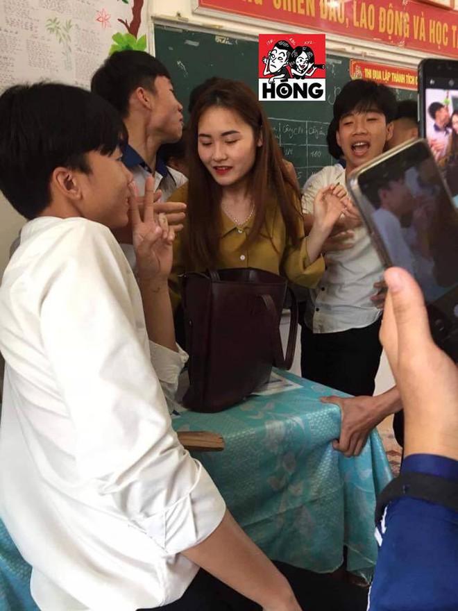 Đứng trên bục giảng, cô giáo bị học sinh bủa vây xung quanh, lén chụp ảnh vì quá xinh đẹp - Ảnh 2.