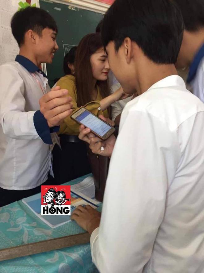 Đứng trên bục giảng, cô giáo bị học sinh bủa vây xung quanh, lén chụp ảnh vì quá xinh đẹp - Ảnh 3.