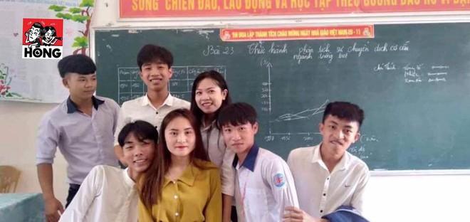 Đứng trên bục giảng, cô giáo bị học sinh bủa vây xung quanh, lén chụp ảnh vì quá xinh đẹp - Ảnh 5.