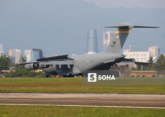 Vận tải cơ C-17 Globemaster III của Không quân Mỹ hai lần hạ cánh tại Đà Nẵng - Ảnh 7.
