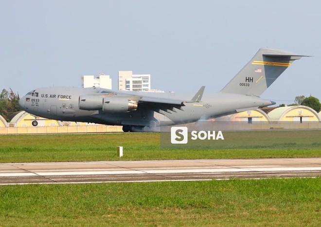 Vận tải cơ C-17 Globemaster III của Không quân Mỹ hai lần hạ cánh tại Đà Nẵng - Ảnh 6.