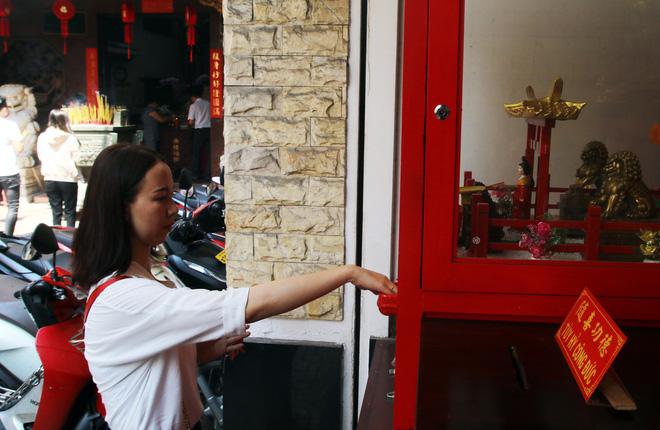 Rằm tháng Giêng, dân Sài Gòn đội nắng xin quẻ ở máy nhả xăm tự động trong chùa - Ảnh 15.