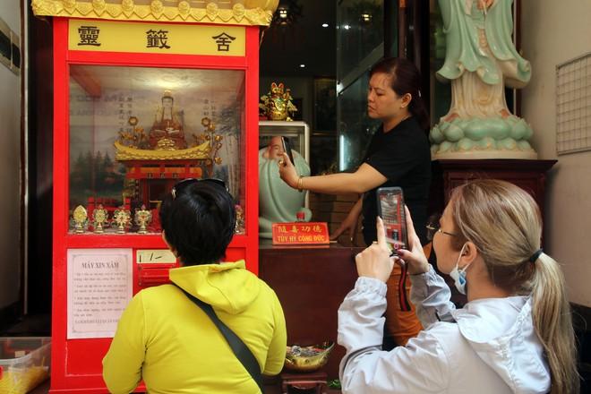 Rằm tháng Giêng, dân Sài Gòn đội nắng xin quẻ ở máy nhả xăm tự động trong chùa - Ảnh 17.