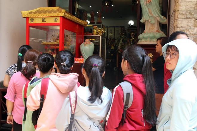 Rằm tháng Giêng, dân Sài Gòn đội nắng xin quẻ ở máy nhả xăm tự động trong chùa - Ảnh 6.