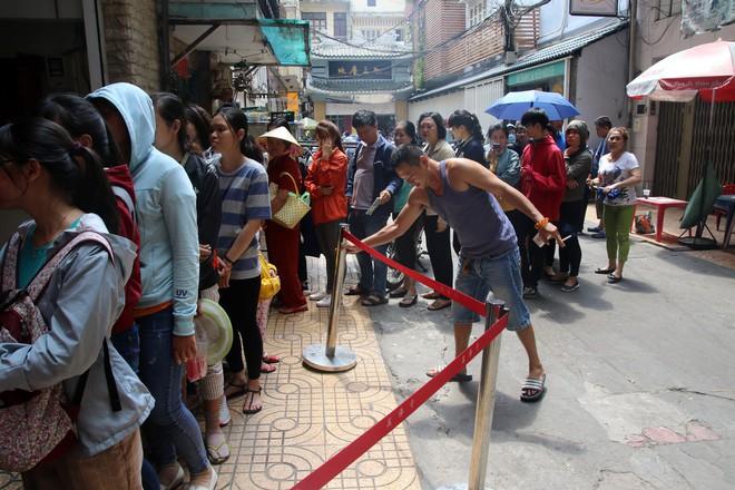 Rằm tháng Giêng, dân Sài Gòn đội nắng xin quẻ ở máy nhả xăm tự động trong chùa - Ảnh 4.