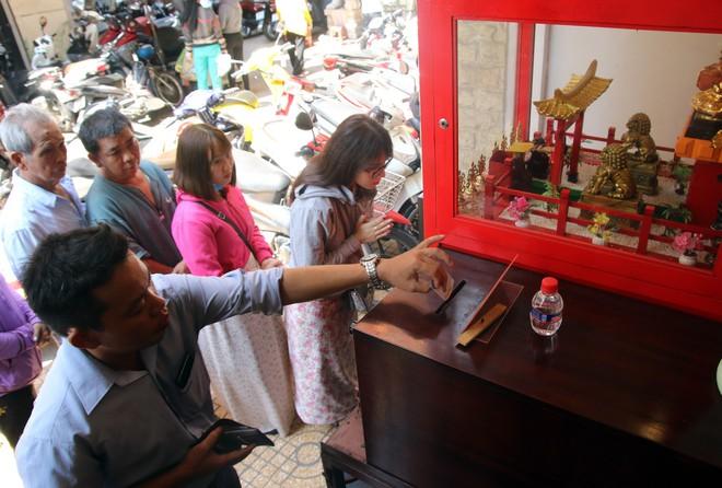 Rằm tháng Giêng, dân Sài Gòn đội nắng xin quẻ ở máy nhả xăm tự động trong chùa - Ảnh 8.