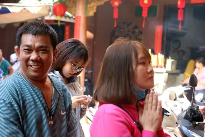 Rằm tháng Giêng, dân Sài Gòn đội nắng xin quẻ ở máy nhả xăm tự động trong chùa - Ảnh 19.