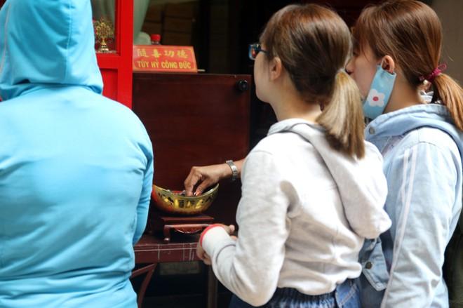 Rằm tháng Giêng, dân Sài Gòn đội nắng xin quẻ ở máy nhả xăm tự động trong chùa - Ảnh 10.