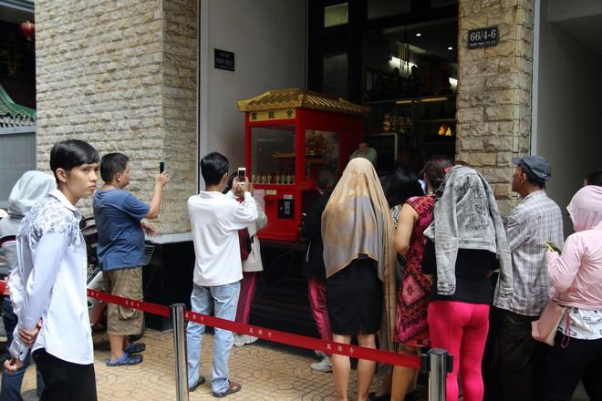 Rằm tháng Giêng, dân Sài Gòn đội nắng xin quẻ ở máy nhả xăm tự động trong chùa - Ảnh 2.