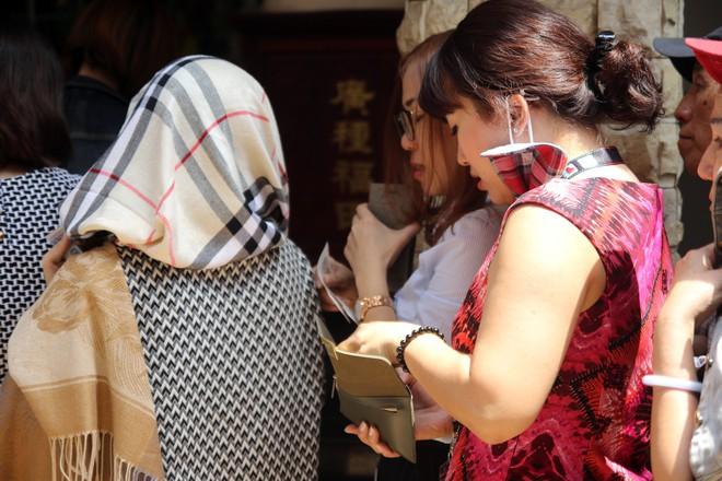 Rằm tháng Giêng, dân Sài Gòn đội nắng xin quẻ ở máy nhả xăm tự động trong chùa - Ảnh 7.