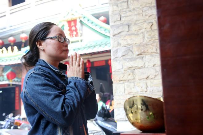 Rằm tháng Giêng, dân Sài Gòn đội nắng xin quẻ ở máy nhả xăm tự động trong chùa - Ảnh 13.