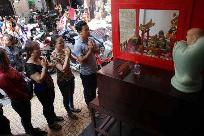 Rằm tháng Giêng, dân Sài Gòn đội nắng xin quẻ ở máy nhả xăm tự động trong chùa - Ảnh 12.