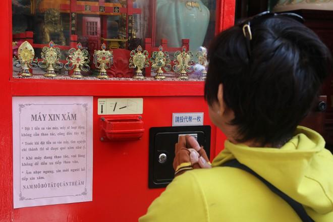 Rằm tháng Giêng, dân Sài Gòn đội nắng xin quẻ ở máy nhả xăm tự động trong chùa - Ảnh 9.