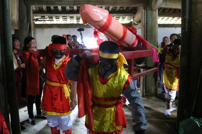 Chị em phụ nữ bạo dạn chụp ảnh bên Tàng Thinh - sinh thực khí nam ở Lễ hội Ná Nhèm - Ảnh 11.