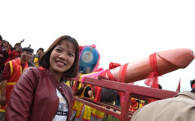 Chị em phụ nữ bạo dạn chụp ảnh bên Tàng Thinh - sinh thực khí nam ở Lễ hội Ná Nhèm