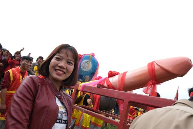 Chị em phụ nữ bạo dạn chụp ảnh bên Tàng Thinh - sinh thực khí nam ở Lễ hội Ná Nhèm - Ảnh 18.