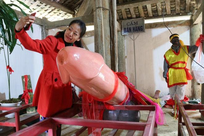 Chị em phụ nữ bạo dạn chụp ảnh bên Tàng Thinh - sinh thực khí nam ở Lễ hội Ná Nhèm - Ảnh 5.